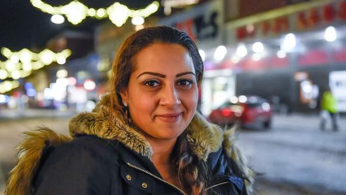 """Sandra Novakov, 26, asylsökande. – Här i Ronneby är så mycket polis ute så man inte kommer fram på gatan. Vi älskar Ronneby för att våra kompisar bor här. Men här sker mycket snatterier i butikerna. Det känns inte bra. Vad händer nästa dag, en dag kanske man hittar en bomb? Bråket i skolan vet jag inget om, jag studerar inte. Det vore bra om problemen slutar innan mitt barn växer upp. Nu är hon bara hemma med mig så nu är hon inte så rädd men jag vill inte behöva svara på """"mamma, varför är polisen här"""" hela tiden. Jag vill att min dotter ska se något annat. Foto: ANDERS GRONLUND"""