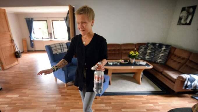 TRYGG. Pernilla känner numera trygg inne i huset, men ännu måste hon treva sig fram för att hitta rätt. Foto: Christer Wahlgren