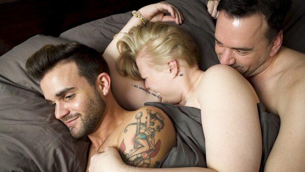 Hon lever med sin pojkvän - och hans man