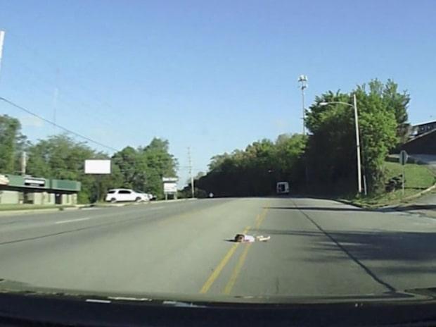 Fyraårig flicka ramlar ut ur buss på vägen