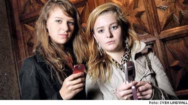 Julia Gerlach, 15, och Sara Holmberg, 15, från Stockholm, har alltid mobilerna med sig. Det är läskigt, obehagligt att tänka sig att någon ska kunna läsa ens sms, man skriver massa privata grejer där, säger Sara Holmberg.