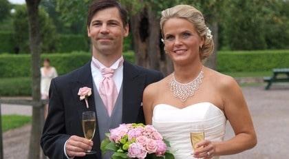 Gunnar Victorin, 34, och Linda Hammar, 35, vigdes i Strömsholms slott, Rikssalen, i Västerås den 7 augusti. Festen ägde rum på Stenköket intill Strömsholms slott med 68 gäster.