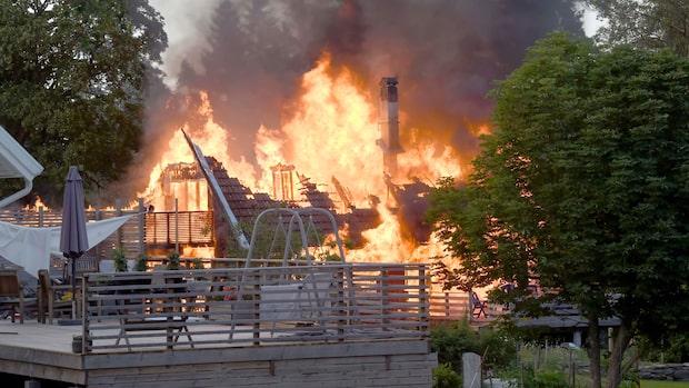 """Våldsam brand       i villa: """"Kommer brinna ner"""""""