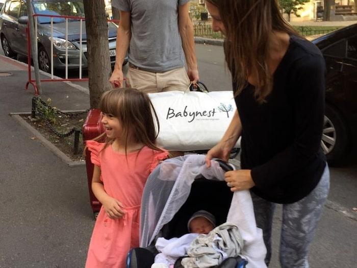 2017: Första mötet med lillasyster Ada.