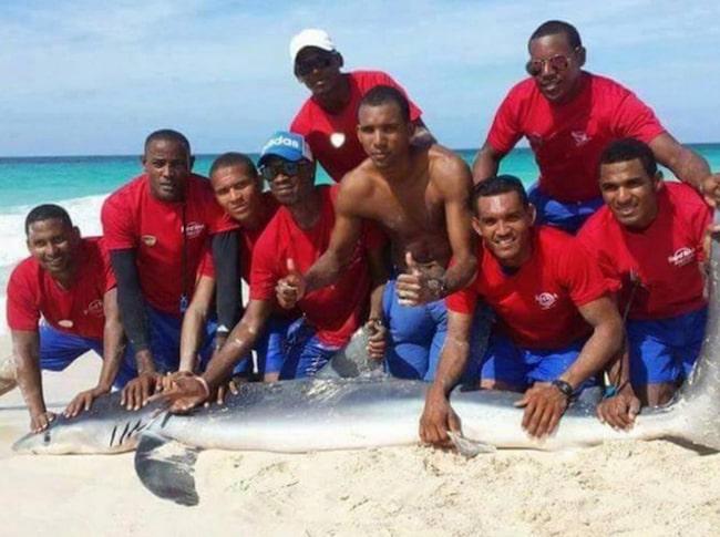 <span>De här grabbarna var stolta efter att ha torterat djuret till döds.</span>
