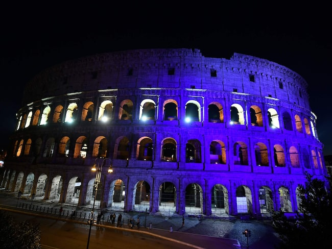 Colosseum i Rom stoltserar i Finlands färger blått och vitt.