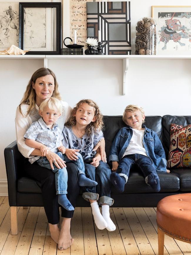 Caroline bor mitt i den charmiga stadsdelen Linnéstaden i Göteborg tillsammans med barnen Hampus (i knät), Ebba och Ludvig.