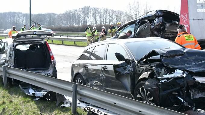 Räddningstjänsten fick klippa upp två av fordonen där människor satt fastklämda. Foto: Mikael Nilsson