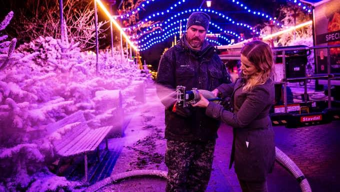 Liseberg har täckts av tre ton artificiell snö. Martin Högberg visar GT:s reporter, Maria Dahlin, hur det går till. Foto: HENRIK JANSSON