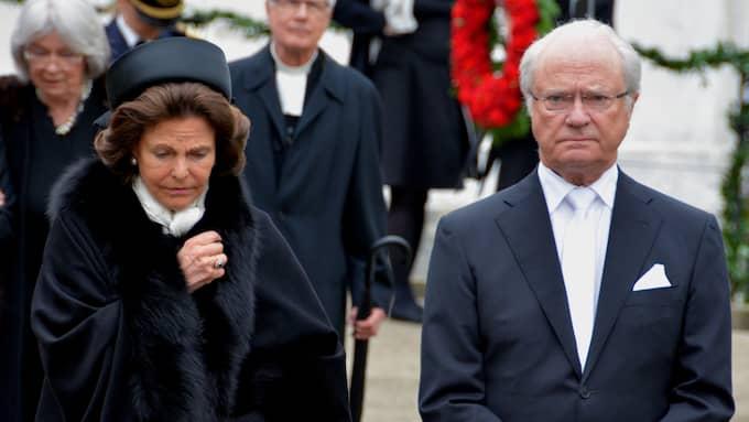 Drottning Silvia torkade tårarna efter begravningen av Niclas Silfverschiöld. Foto: MIKAEL BERGLUND