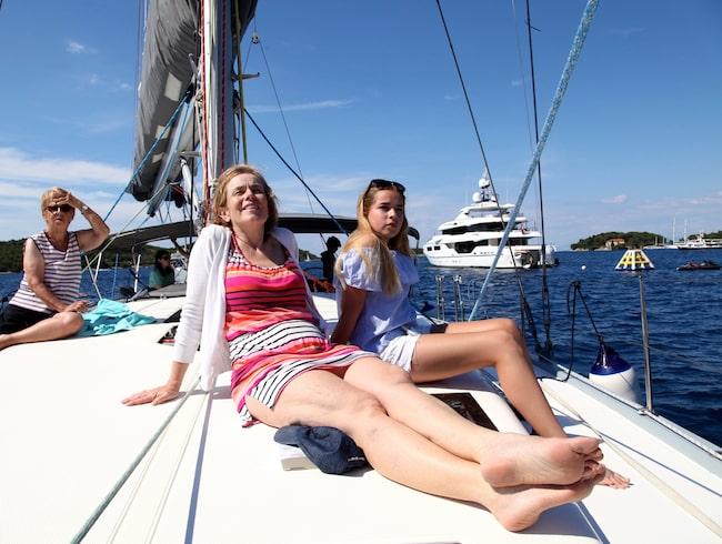 Lata dagar ombord. Caroline och Noemi Pålman solar på däck.
