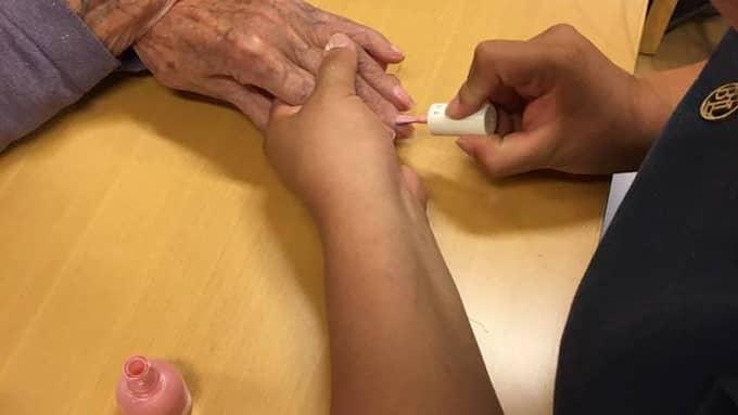 Lite nagelvård för de äldre. Foto: Privat