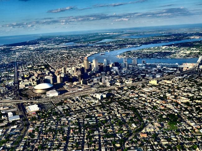 New Orleans ligger vid Mississippiflodens ringlande utlopp. Skillnaden mellan den höga bebyggelsen i Downtown och övriga stadens låga hus är signifikativ.