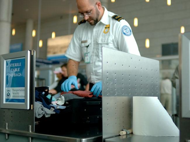 Enligt vakternas arbetsgivare (trafiksäkerhetsmyndigheten TSA) har ingen löneutbetalning uteblivit hittills men nu börjar mångas kassor sina.