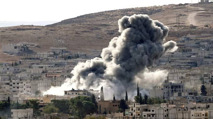 Tre svenskar som stred för IS har dödats i flygattacker mot staden Kobane. Bilden är från en annan amerikansk-ledd attack mot IS. Foto: Gokhan Sahin