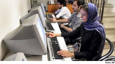 Iranska myndigheter har ökat pressen på det hittills ganska fria internetanvändandet i landet och bland annat arresterat populära bloggare.