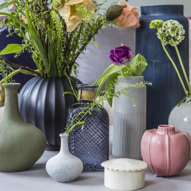 Fyll matchande vaser med kvistar som knoppar eller blommor.