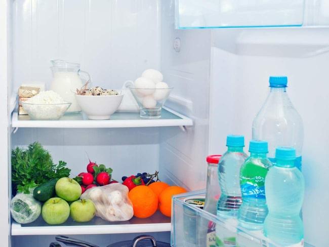 Kylskåpets insida behöver rengöras varje vecka, för att förhindra att smuts och bakterier uppstår.
