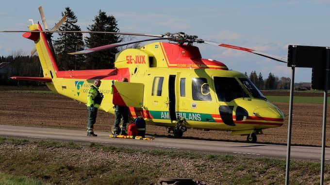 Ambulanshelikoptern kallades till den allvarliga olyckan i Vara kommun på onsdagseftermiddagen. Foto: Christian Svensson
