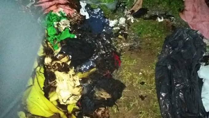 Flera kläder och tältdelar låg förstörda efter branden. Foto: Privat