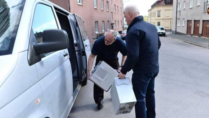 Utredning. Polisens tekniker var i går i lägenheten för att leta bevis. Flera föremål togs med och lastas här in i polisens bil. Foto: Sven Lindwall