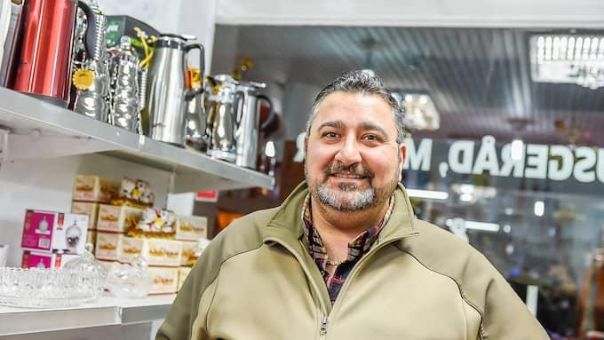 Ali Omar, 45, butiksägare: – I går har polisen varit jätteduktiga. Alla vi köpmän känner oss lättade. Vi måste alla tacka polisen. Jag applåderar dem. Väktarna i går var också jättebra. Jag tror de kriminella blir rädda av alla väktare, civilpolis och poliser. Vi måste också tacka journalister som har skrivit om det här och gjort att de kriminella inte kan fortsätta utan konsekvens. Jag hoppas freden kommer tillbaka hit i Ronneby, här var så tryggt innan. Foto: ANDERS GRONLUND