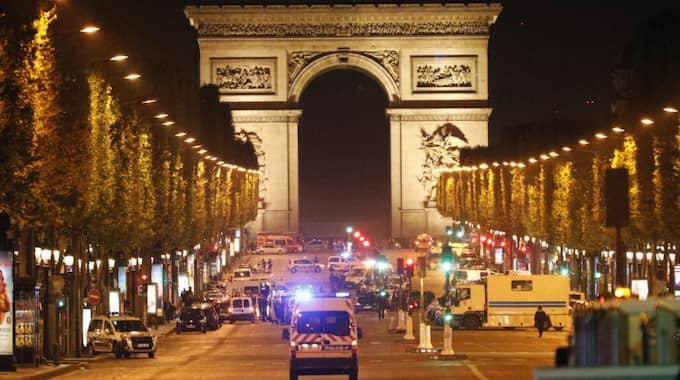Den franska trafikpolisen Xavier Jugele dödades i attacken. Ytterligare två poliser blev allvarligt skottskadade innan terroristen blev nerskjuten av en fjärde polis som befann sig i närheten. Foto: Kamil Zihnioglu / AP TT NYHETSBYRÅN