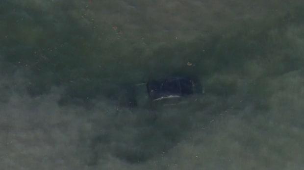 Bilist körde rakt genom olycksplats – hamnade i vattnet
