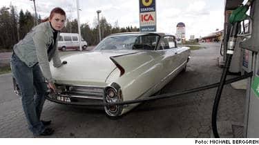 Sänk skatten på vår bensin kräver Jennika Bylund, 22, från Njurunda och 64 000 undertecknare av protestlistan. Jag är beroende av min bil. Jag har inget annat val än att köra, säger Jenny.
