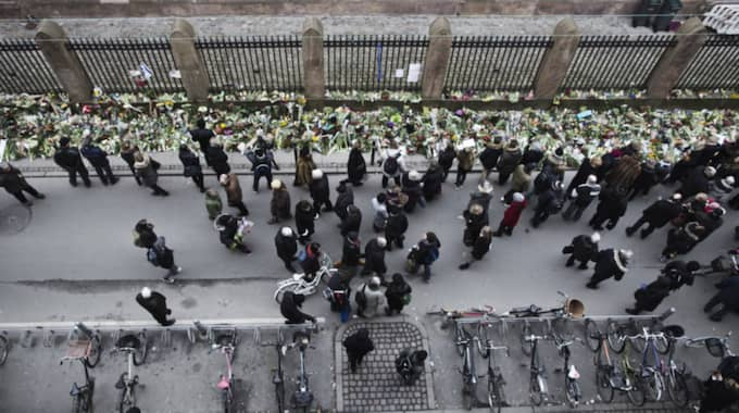 Tusentals la blommor utanför synagogan på Krystalgade för att visa sin sorg. Foto: Gonzales Photo