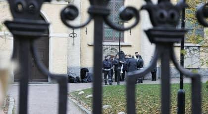 TYSKA KYRKAN. Här bakom Tyska kyrkan mitt i centrala Göteborg försökte de tre unga rånarna tvinga av en 23-årig man pengar. Foto: Stephan Berglund
