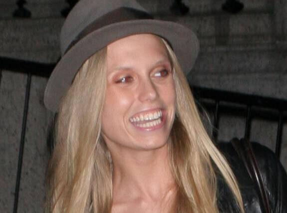 I HATTEN. Det kanske coolaste sättet att ta hand om ett taskigt hår är att dra på sig en hatt. Trendigast är en gangstergubbig variant med brätten. Kolla in Keith Richards dotter Theodora i snygg gubbhatt.