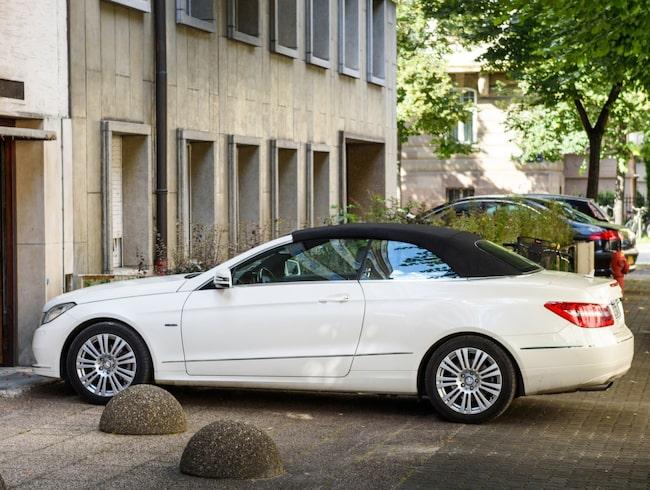 Bedragare fotograferar parkerade bilar och lägger ut på annons. Bilen på bilden är tagen i ett annat sammanhang.