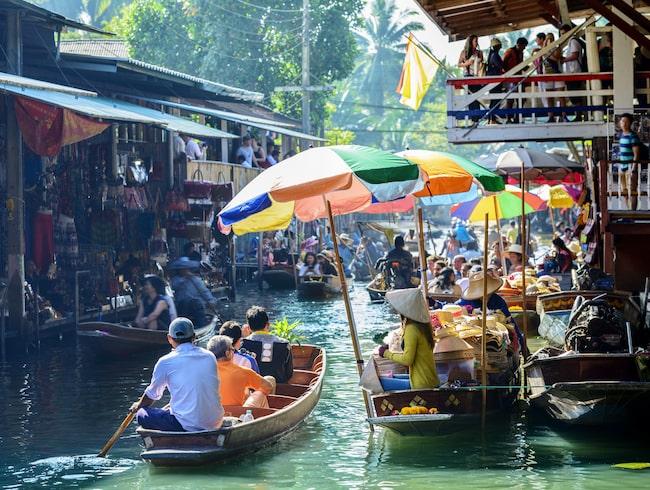 Flytande marknad i Bangkok, här handlar man från båten.