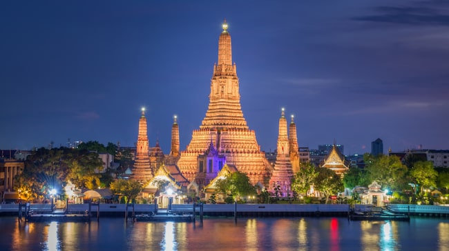 Gryningstemplet Wat Arun i Bangkok i vacker skymning.