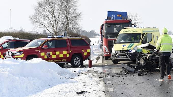 En person satt kvar i ett av fordonen efter kraschen. Foto: / Anders Gronlund www.strixphoto.net