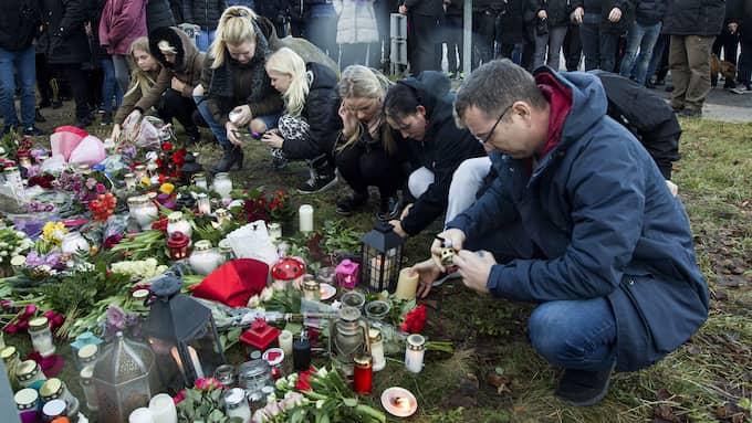 På annandagen samlades Emilie Mengs vänner, grannar, skolkamrater och andra boende i Korsør för att hylla hennes minne. Foto: ANDERS OLE OLSEN / SJAELLANDSKE MEDIER