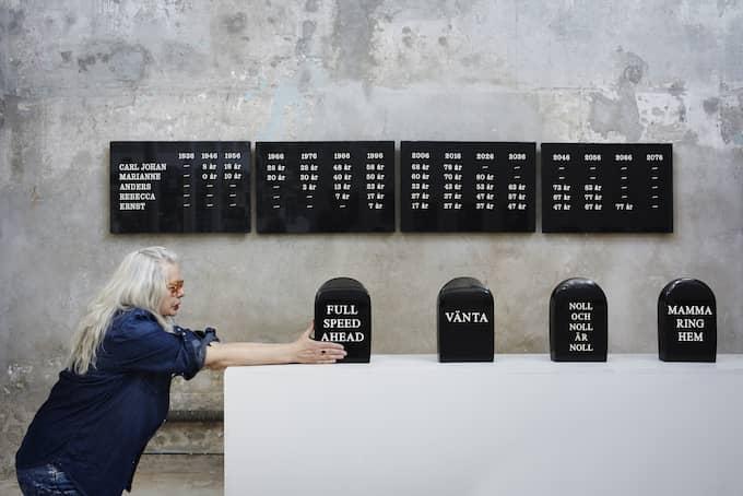 """Full fart framåt. I """"Jag tänker på mig själv – och min familj"""" har Marianne Lindberg De Geer huggit sina familjemedlemmars död i sten. Foto: KARIN BJÖRKQUIST"""