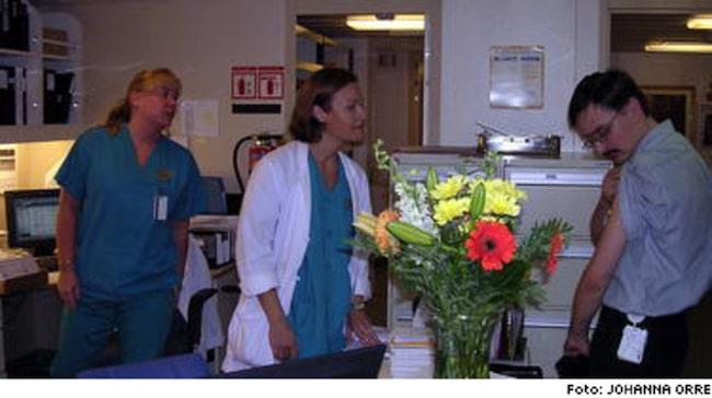 """Inget drömjobb. Helen Johansson (längst till vänster) jobbar som sjuksköterska ombord på lyxkryssaren """"Brilliance of the Seas"""". Hon trivs men det är inte hennes drömjobb."""