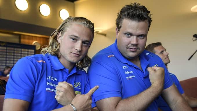 Samuelsson ihop med landslagskompisen Daniel Ståhl. Foto: ANDERS WIKLUND/TT / TT NYHETSBYRÅN