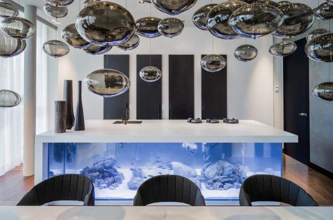 Robert Kolenik är designern som ligger bakom köksön. Han dokuserar på exklusiv och hållbar design.