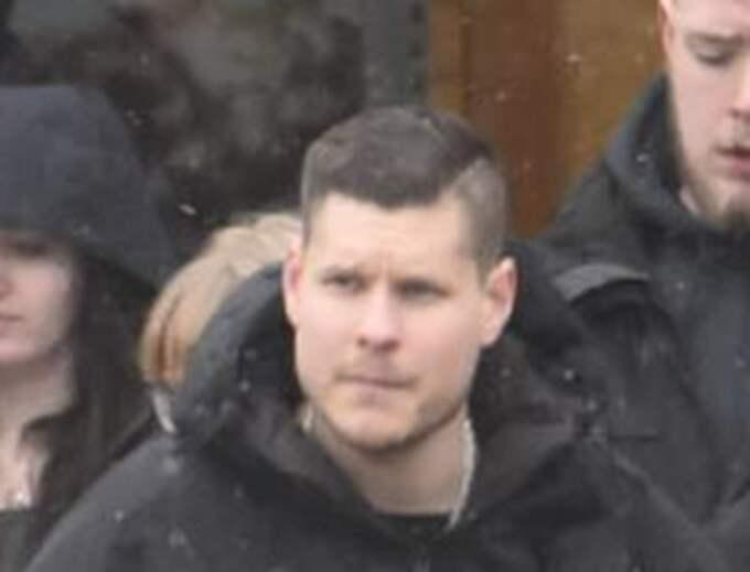 PETER JUSZTIN, 25 Dömdes i juni förra året av Svea hovrätt till sex månaders fängelse för våldsamt upplopp och vapenbrott efter Kärrtorpsattacken. Säpo menade i en rapport att Jusztin var gruppchef inom SMR och underställd Emil Hagberg. Åklagaren i Kärrtorpsmålet pekade ut Jusztin som pådrivande i upploppet. Deltog i SMR-mötet i Tullinge den 31 januari i år.