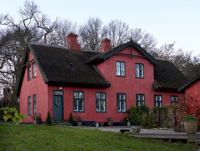 Huset är från 1870 och har ett klassiskt stråtak. Trädgården är på över 5000 kvadratmeter och här finns träd som är över 300 år gamla.