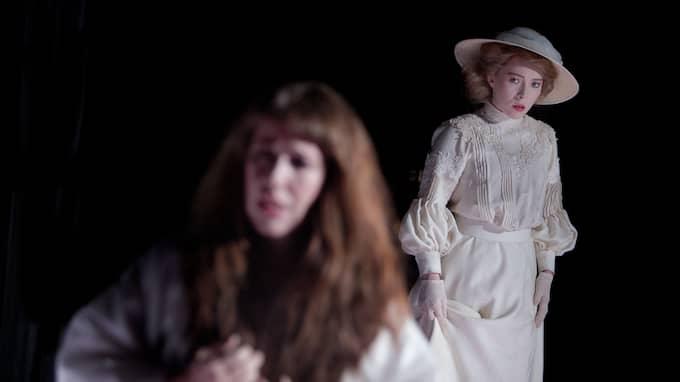 Kate, Sibylle Glosted. I förgrunden Susanna Sundberg. Foto: Malin Arnesson