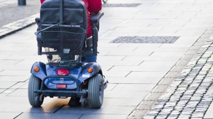 """En person på ett boende i Skåne använder sin permobil som """"vapen"""" genom att köra på anställda. Bilden är tagen i ett annat sammanhang. Foto: Colourbox"""