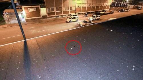 På taket till lokalen var en kniv uppslängd. Foto: Polisen