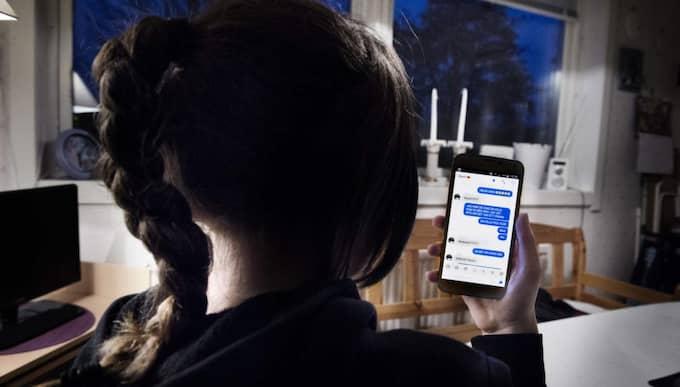 En flicka visar upp sina sms som hon skickade inifrån klassrummet. Foto: Anna-Karin Nilsson