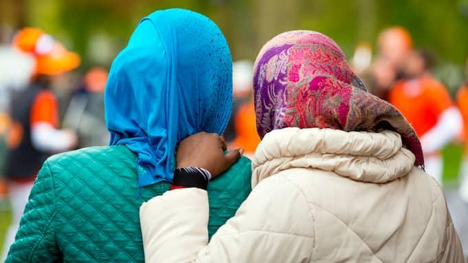 För alla dem som kräver att slippa skaka hand med hänvisning till islam kan jag upplysa om att det inte finns något religiöst förbud i Koranen, skriver Nalin Pekgul. Kvinnorna på bilden har ingen koppling till texten. Foto: SHUTTERSTOCK