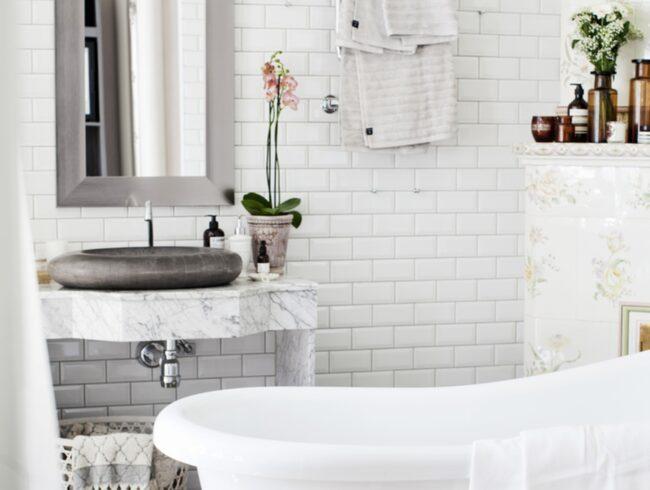 Lantlig stil. Funderar du på att renovera ditt badrum och vill ha så här fint i gammeldags stil? Läs våra tips innan du sätter i gång.