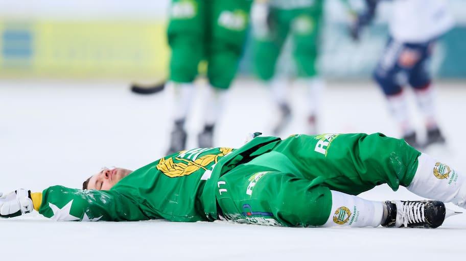 Hammarby-stjärnan till sjukhus med ambulans